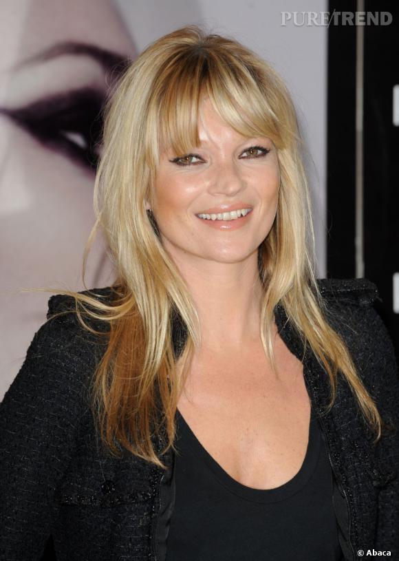 Attachée à son blond doré,  Kate Moss  pare son front d'une frange longue et effilée. Le moyen idéal de customiser sa coiffure.