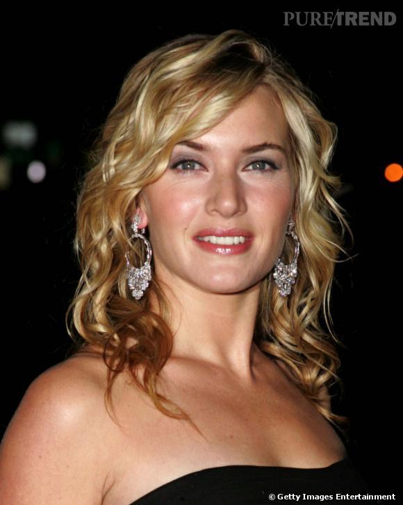 """La star de """"Titanic"""" a un petit faible pour les cheveux longs. Pour briller sur le tapis rouge,  Kate Winslet  mise sur une coiffure cheveux blonds bouclée synonyme de glamour."""