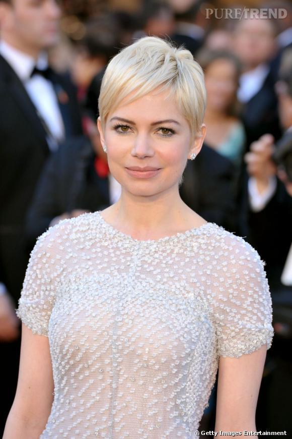 Michelle Williams a troqué sa coiffure cheveux blonds longue pour une jolie coupe à la garçonne qui met en valeur son minois.
