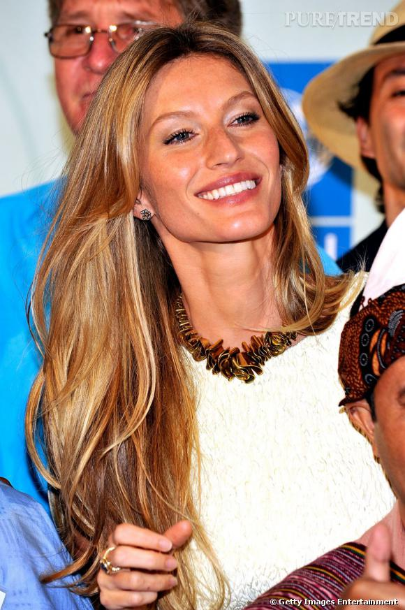 La Top brésilienne  Gisèle Bundchen  a choisi le balayage pour donner un coup d'éclat à sa longue chevelure blonde.