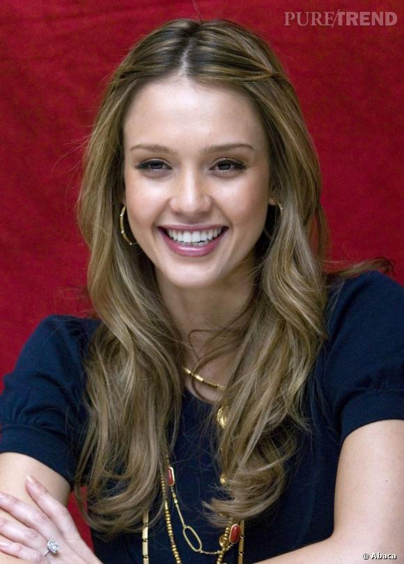 jessica alba rayonne avec une chevelure illumin e de m ches couleur miel. Black Bedroom Furniture Sets. Home Design Ideas