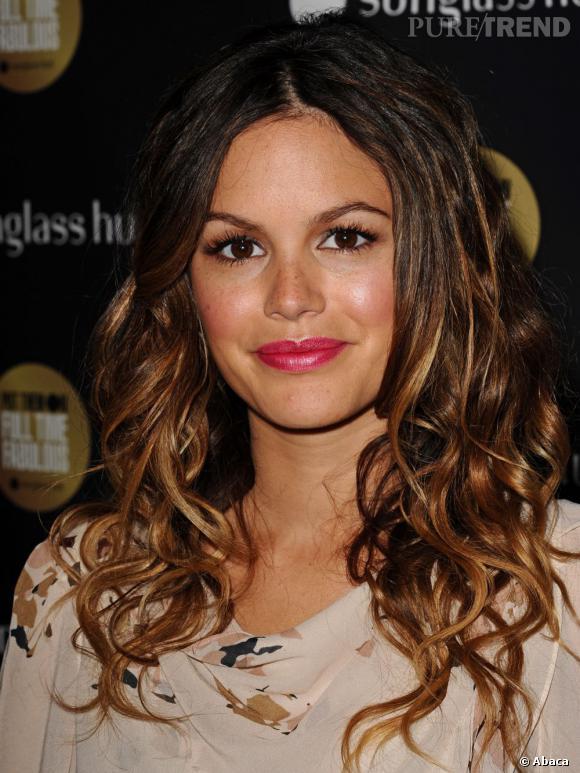 Dôtée d'une chevelure brun foncé,  Rachel Bilson  opte pour le balayage pour éclaircir sa couleur et apporter de la lumière à sa coiffure.