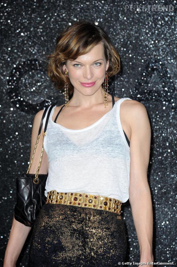 Son petit carré brun foncé,  Milla Jovovich  le réchauffe à grand renfort de mèches couleur caramel.