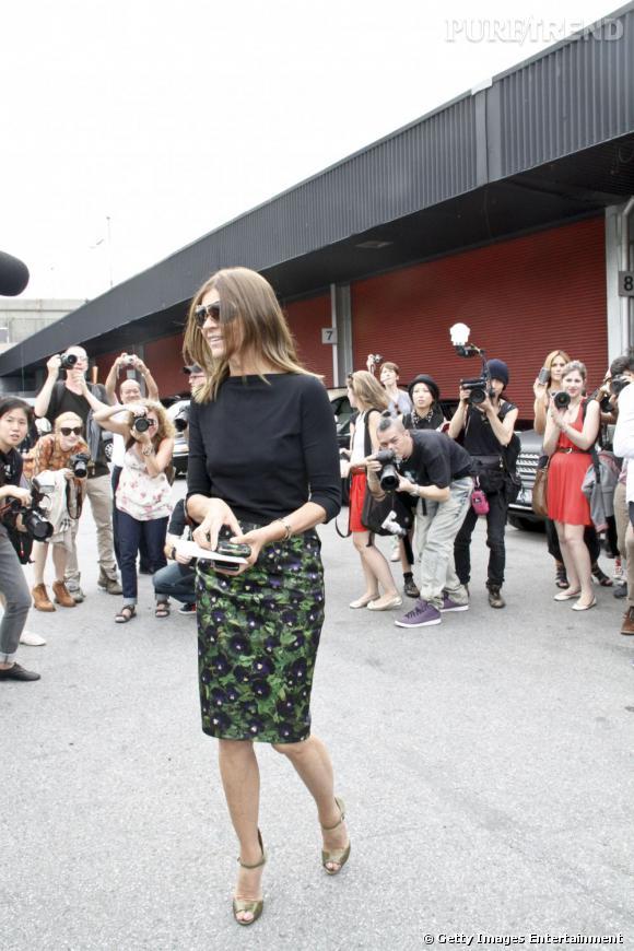 C'est qui ? Est-il vraiment nécessaire de vous présenter Carine Roitfeld ?  Son look ? Un top noir, une jupe crayon Givenchy, et bien évidemmment pas de sac à main.