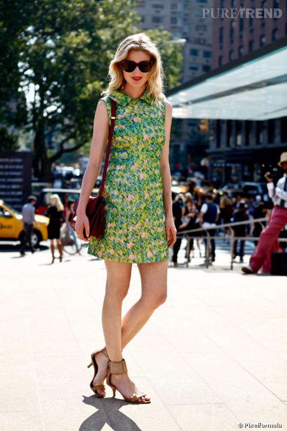 On lui pique : sa mini-robe chemise sans manches imprimé fleuri, histoire de booster l'automne.