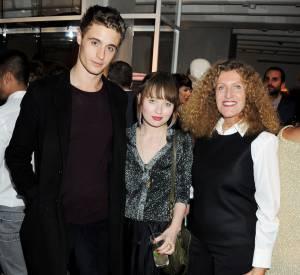 Emily entourée de Max Irons et de la créatrice Nicole Farhi.