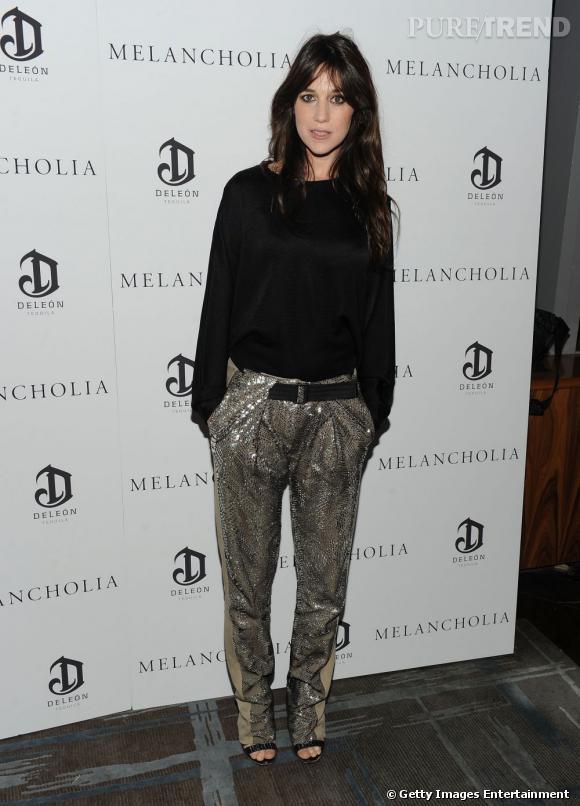 Afin de dédramatiser son pantalon, pour le moins original, Charlotte Gainsbourg porte un simple pull noir.