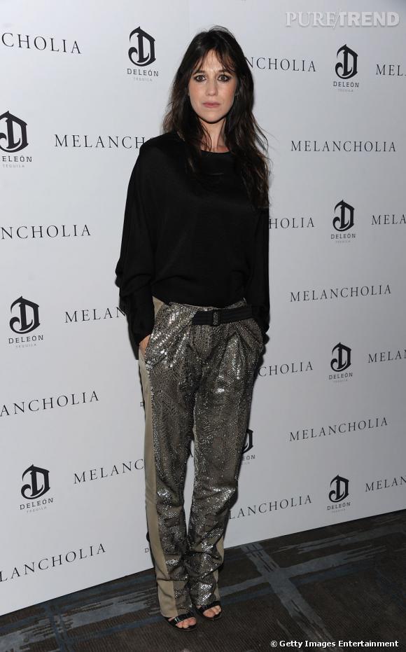 L'actrice mise sur un pantalon rebrodé de sequins pour un look mode et original.