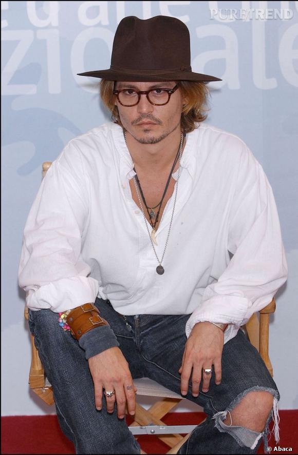 """À presque 50 ans et malgré son sens du style très personnel, Johnny Depp continue de faire rêver dans son rôle de Jack Sparrow dans """"Pirates de Caraïbes"""". Le 30 novembre prochain il sera à l'affiche de """"Rhum Express""""."""