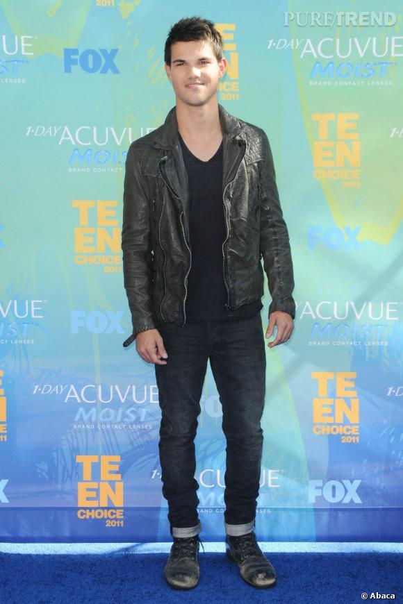 """À la deuxième place un deuxième beau gosse de la firme """"Twilight"""", Taylor Lautner actuellement à l'affiche d'""""Identité Secrète"""" où il tient le première rôle, tentant ainsi de sortir de l'ombre de Robert Pattinson."""