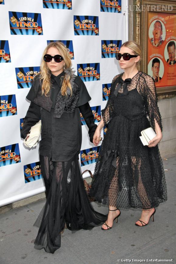 Côté caractère :   Ashley : à droite sur la photo, Ashley a plus l'image d'une suiveuse, parfois dans l'ombre de sa soeur. Plus coquette, elle est néanmoins beaucoup plus fashion que Mary-Kate.