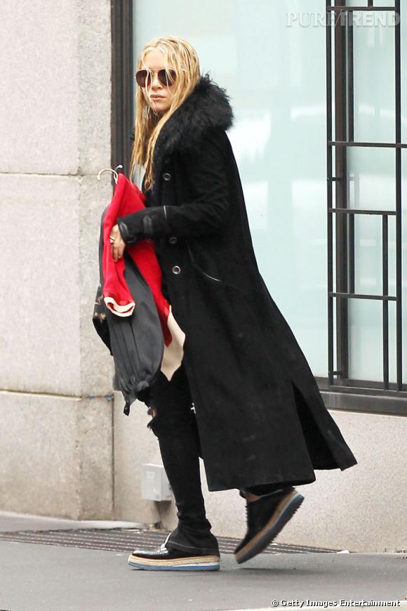 Côté look de rue :   Mary-Kate : toujours cachée sous des amas de vêtements, elle sait toujours parfaitement comment éviter les paparazzi (ou presque). Super mode, elle mise tout de même avant tout sur l'aspect camouflage.