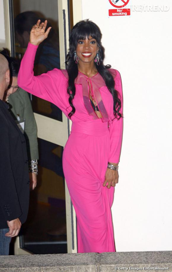 Kelly Rowland ou le mariage parfait entre vulgarité et mauvais goût. On notera en plus le magnifique sourire figé et le regard vide, on dirait une statue du musée Grévin.