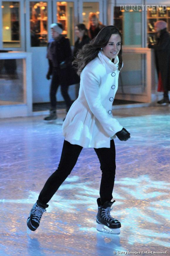 La jeune femme fait preuve de style et de décontraction sur ses patins.