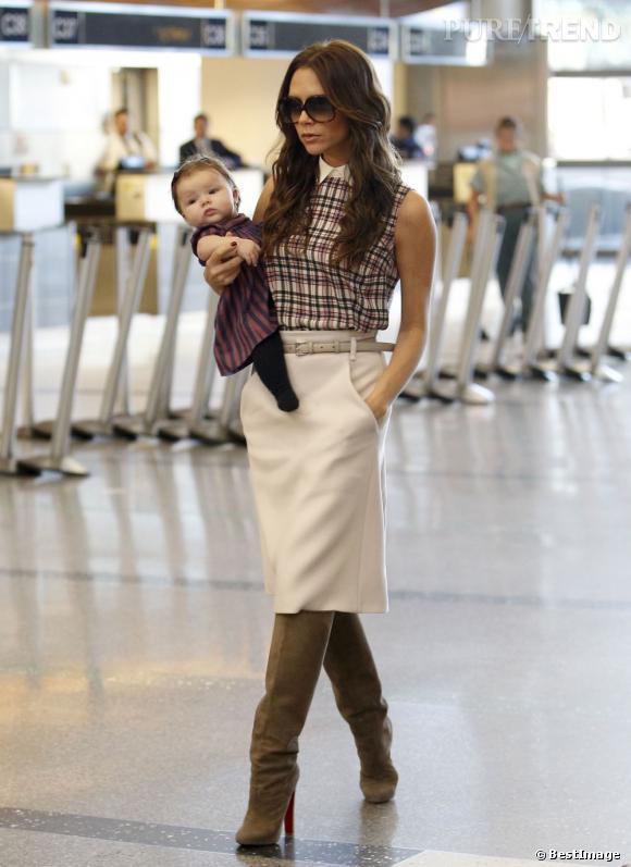 Bottes Louboutin, lunettes de soleil   Victoria Beckham défile dans  l  039 aéroport 3afc3fccaf58