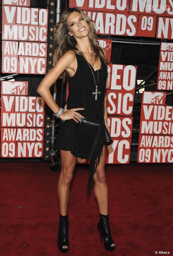 Alessandra Ambrosio ultra-sexy mais religieuse quand même.