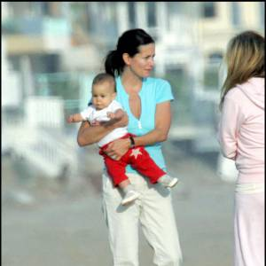 Plus cool, Courteney Cox mise sur une allure ultra-décontractée à la plage... Il en est de même pour bébé.