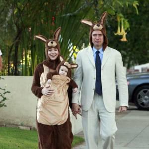 Alyson Hannigan, maman kangourou, avec bébé et mari assortis.