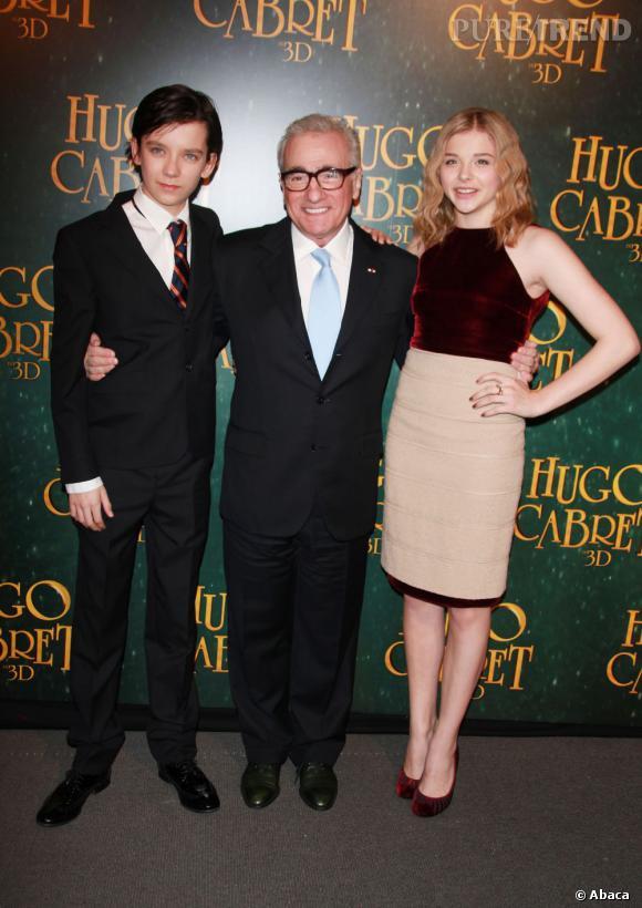 """Asa Butterfield et Chloë Moretz, les deux jeunes stars de """"Hugo Cabret"""" posent avec le réalisateur récemment décoré par Nicolas Sarkozy."""