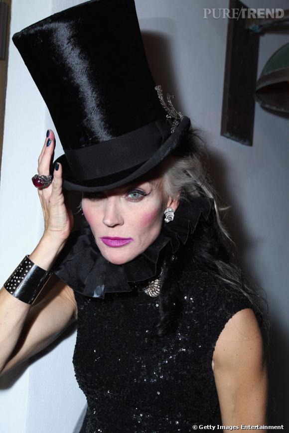 """Miami Art Basel   Daphne Guinness n'a pas hésité ! Miami est une place fantastique pour l'art contemporain alors autant appliquer à la lettre un dress code adéquat. Un look un peu """"Charlie et la Chocolaterie"""". Donc fantastique."""