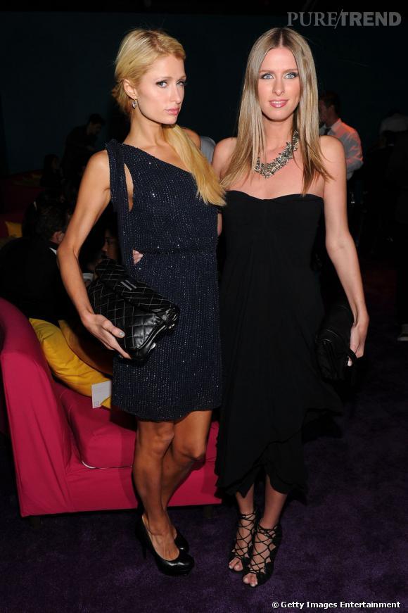 Miami Art Basel   Les revoilà, ensemble. Une famille unie. Paris Hilton et Nicky Hilton aiment aussi le contemporain de l'art.