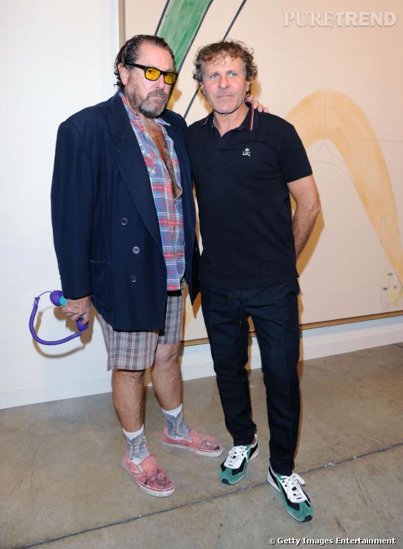 Miami Art Basel   Julian Schnabel et son allure arty, libre comme l'air. L'homme qui arborait il y a quelque temps le pyjama comme nouveau smoking penche désormais pour une allure Miami Vice avec un laisser-aller des plus... exotiques. Il est accompagné ici de Renzo Rosso, masterchef du groupe Diesel.