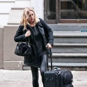 Elizabeth Olsen, même sa valise est plus grosse qu'elle.