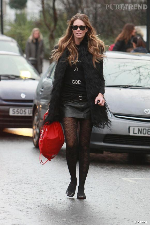 Si elle craque pour la mini-jupe en hiver, elle se tient chaud avec sa veste à longs poils.