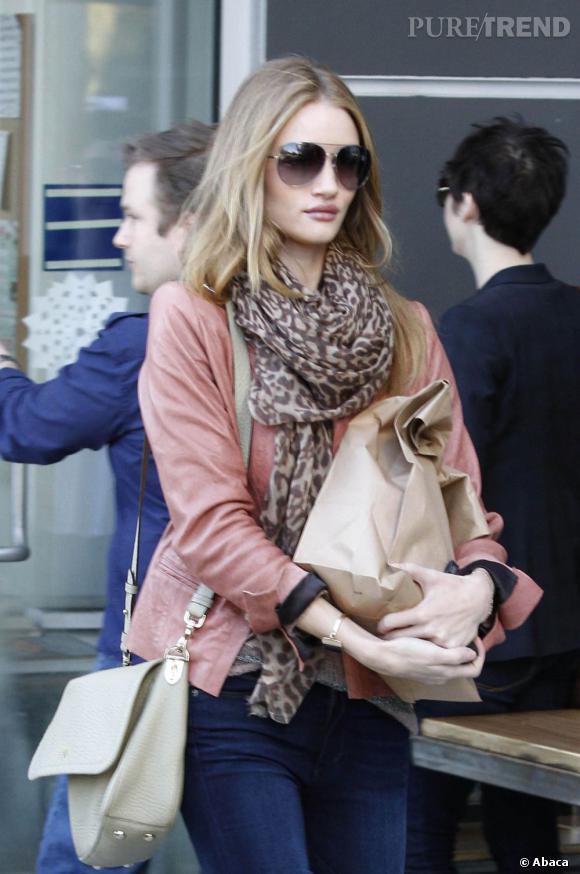 Même lorsqu'elle fait ses courses, Rosie Huntington-Whiteley garde un style impeccable.