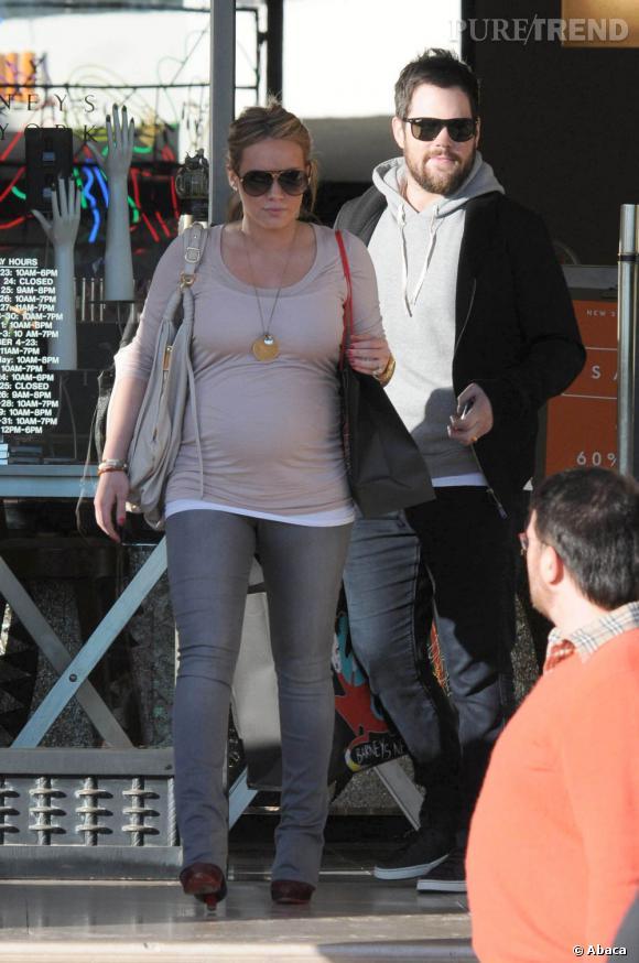 Elle met en valeurs ses formes de femme enceinte avec un skinny et un top moulant. Elle se montre légère du côté des accessoires et s'offre ainsi une jolie apparition.