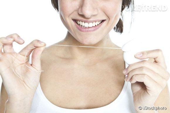 En renfort du brossage, le fil dentaire permet de déloger le moindre aliment coincé pour un sourire impeccable.