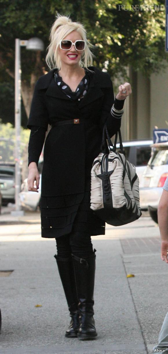 Un look sympa et très casual pour Gwen Stefani. Petit plus pour son sac XL qui complète bien son look black and white.