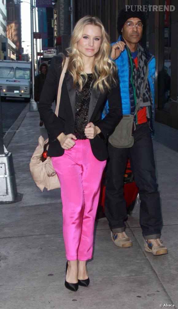 Kristen Bell ose le rose fluo dans les rues de New York.