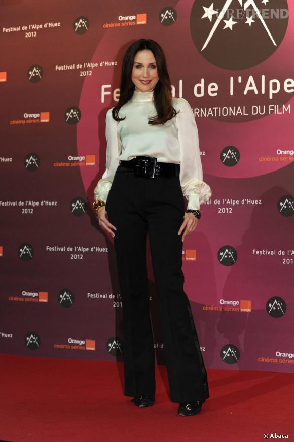 Elsa Zylberstein adopte le pantalon taille très haute avec style.