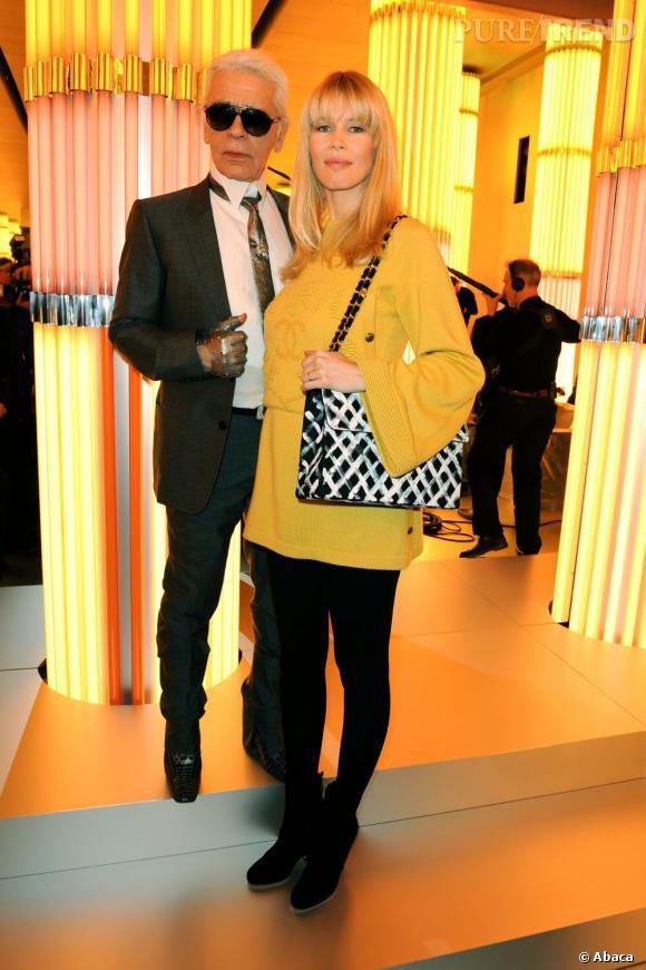 Karl Lagerfeld a toujours été fasciné par la beauté froide de Claudia Schiffer. Il a même réalisé un livre de photographies sur elle en 1995 et fait régulièrement appel à la belle pour ses campagnes.
