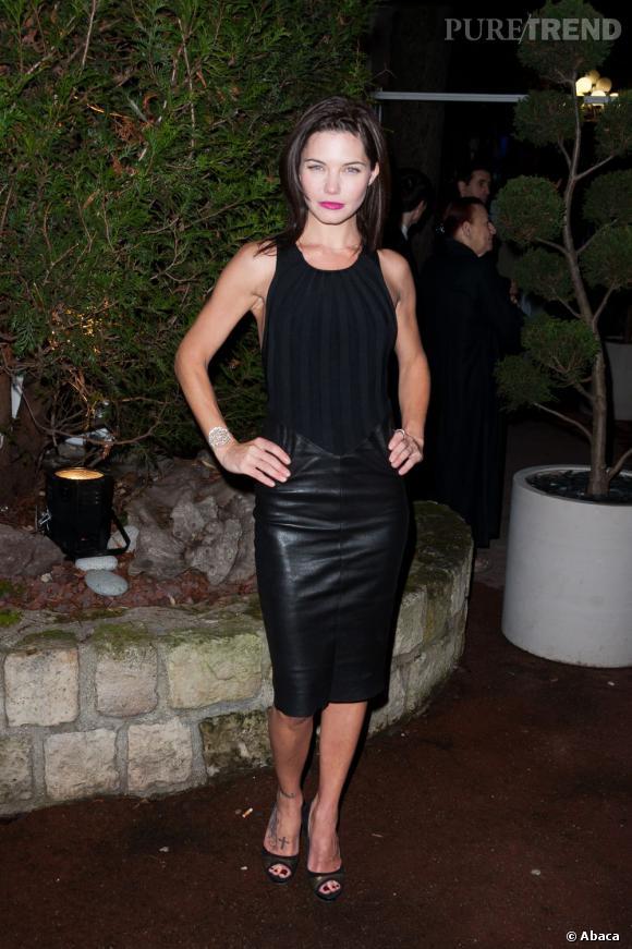 Delphine Chanéac mixe les tendances en optant pour cette robe cuir/velours.