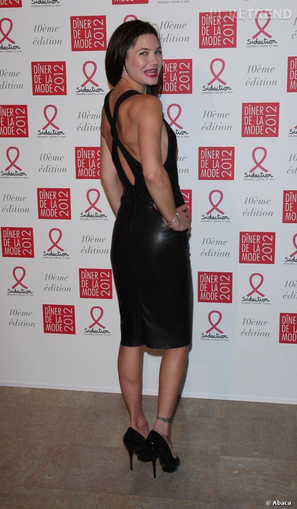 Joli noeud de tissus dans le dos : l'ensemble est très glamour.