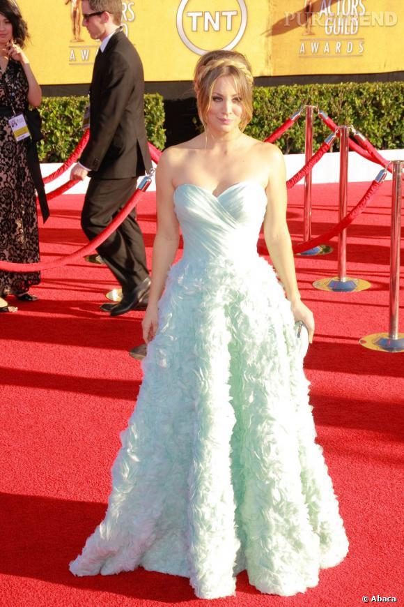 Kaley Cuoco mise sur une robe Romona Keveza légèrement too much pour l'évènement.