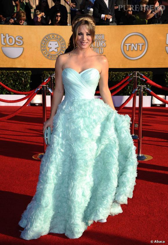 Kaley Cuoco complète sa tenue à l'aide d'une minaudière Judith Leiber assortie à sa robe.