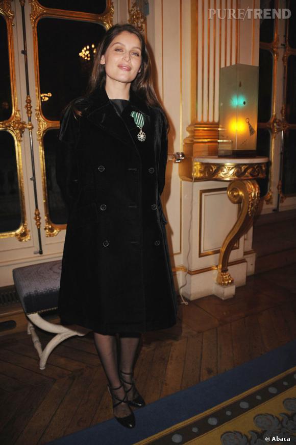 Laetitia Casta opte pour un simple manteau noir en velours. Chic mais un peu triste.
