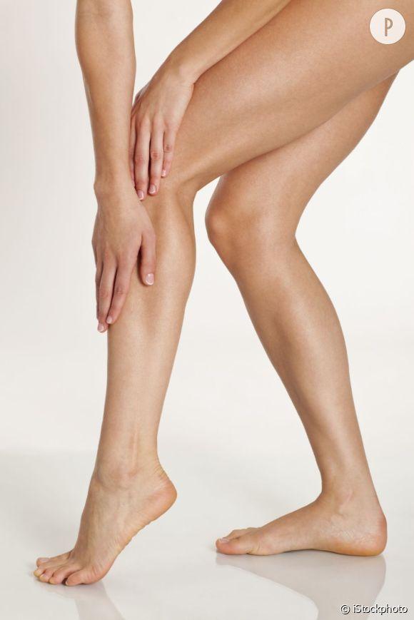 Pour alléger vos jambes durant la grossesse, stimulez la circulation sanguine avec des massages et des passages de jet d'eau froide.