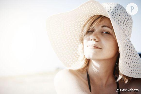 Pour prévenir l'apparition du masque de grossesse, protégez votre visage du soleil. Ecran total et chapeaux sont vos alliés en été.