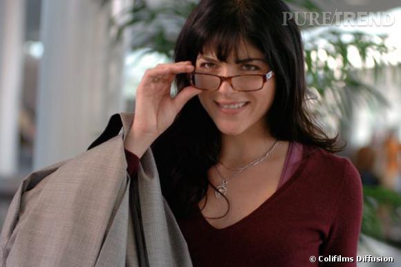 """Selma Blair dans le film """"Mon Espion Préféré"""" très stricte avec ses lunettes de vue."""