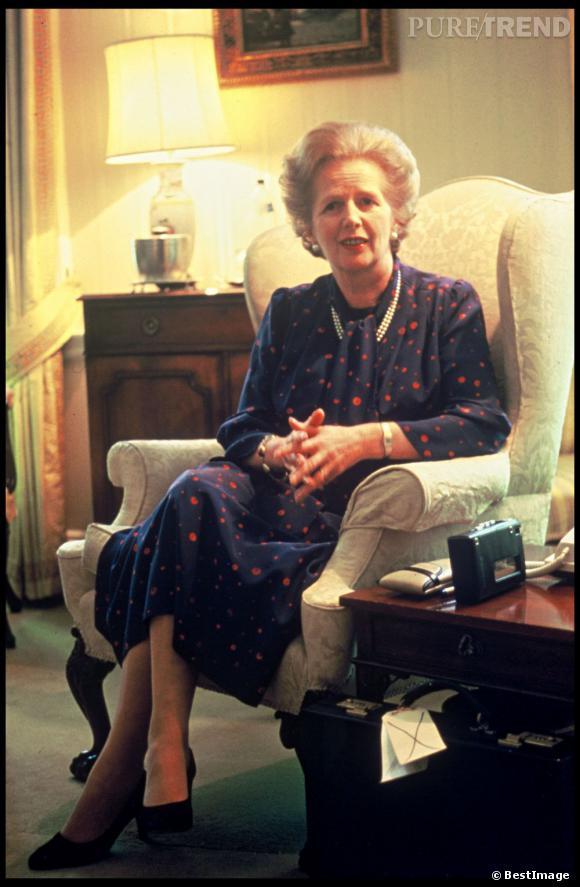 Robe aux motifs un peu fun, col lavallière et collier de perles, Margaret Thatcher est une femme politique BCBG with a twist.