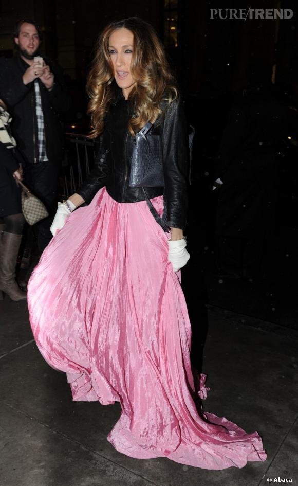 Sarah Jessica Parker porte une robe Oscar de la Renta rose qu'elle associe à une veste Theyskens' Theory rock.