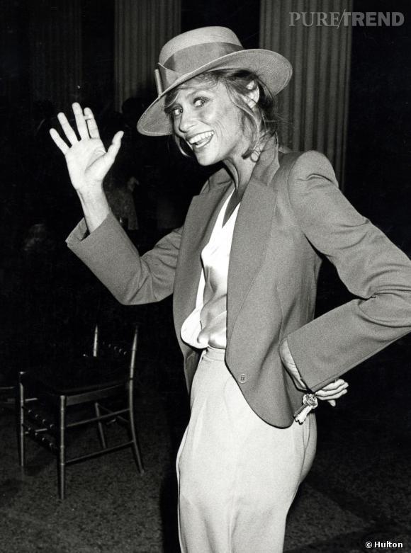 Chapeau d'homme + blazer + wide pant + top fluide en soie = l'équation idéale selon Lauren Hutton.
