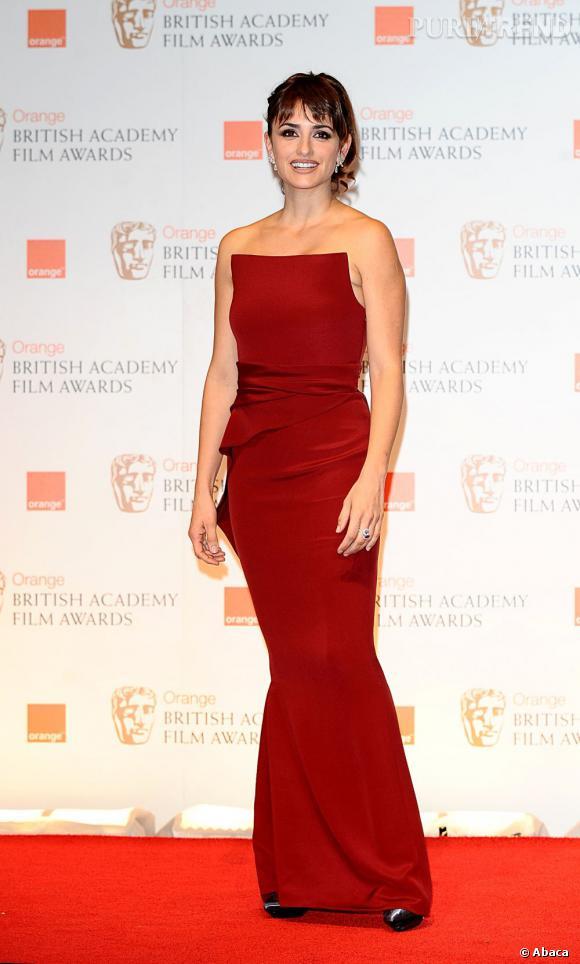 En robe Armani Privé, Penelope Cruz est très élégante sur le red carpet des BAFTA.