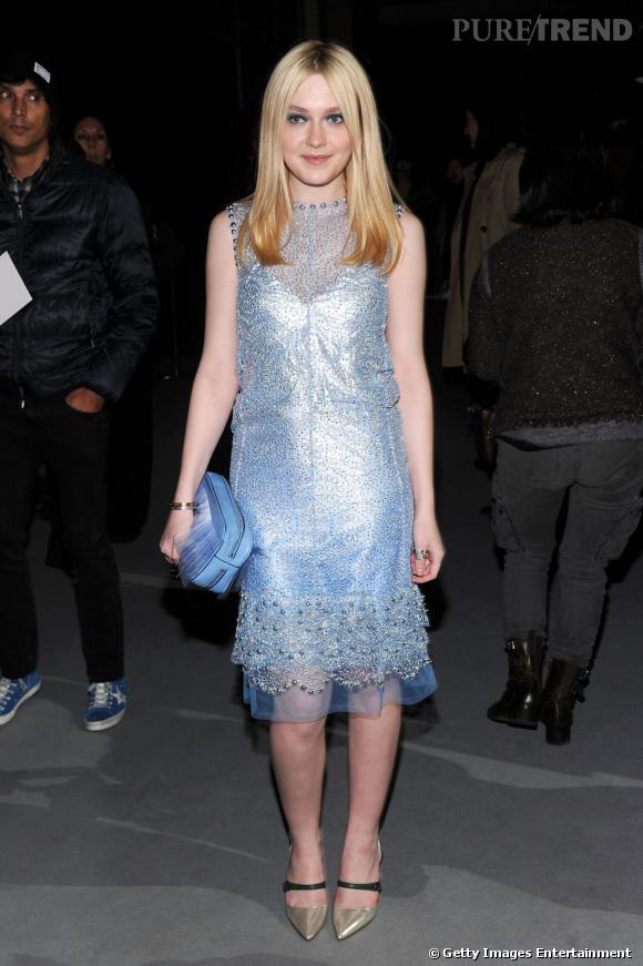 Dakota Fanning prend la pose comme une pro dans sa petite robe à paillettes Marc Jacobs.