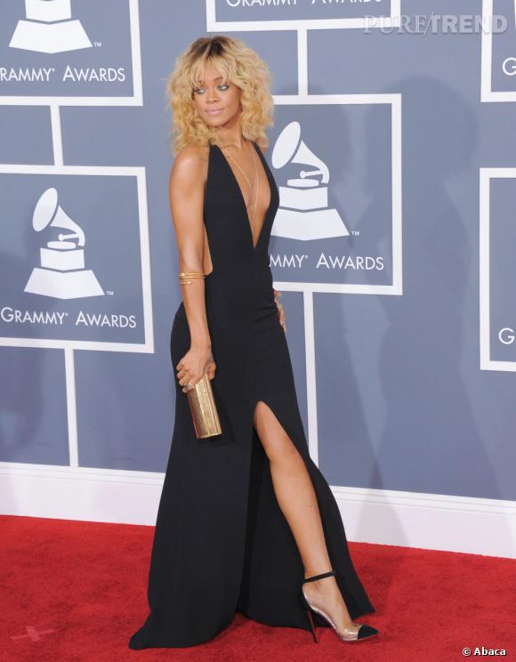 Rihanna fait sensation avec une robe parfaitement indécente signée Giorgio Armani qui laisse très peu de place à l'imagination.