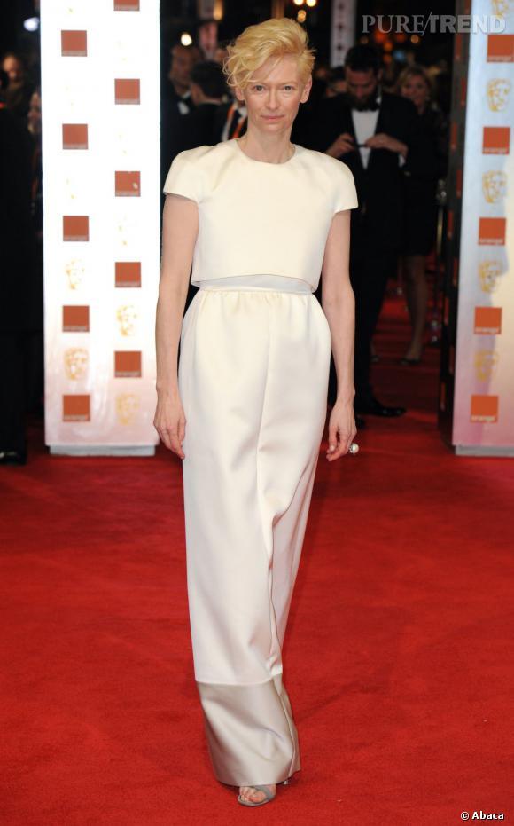 Tilda Swinton est de celles qui prennent des risques sur tapis rouge. Un succès lors de la dernière cérémonie des BAFTA avec une tenue piochée parmi la pré-collection Automne 2012 Céline.